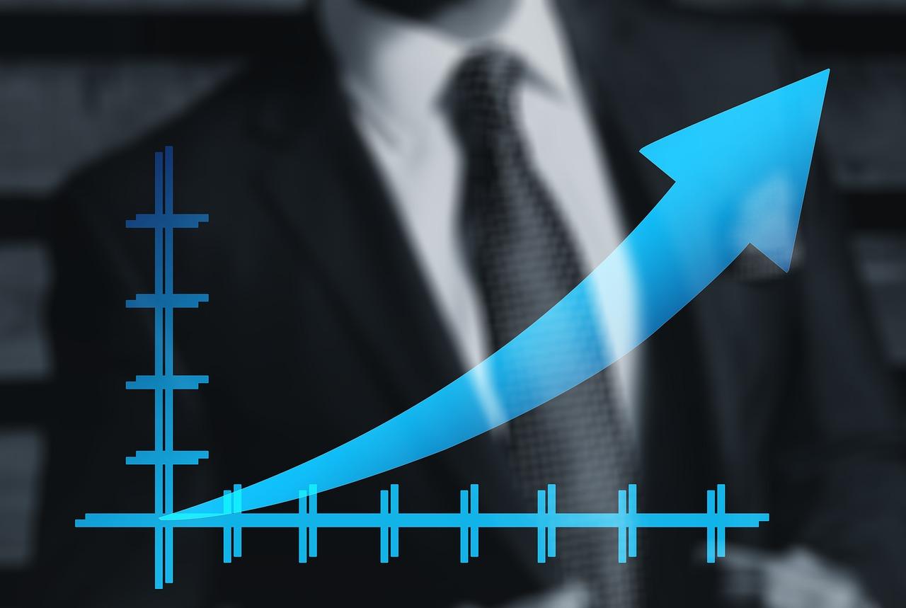 L'introduction en bourse d'une entreprise consiste à coter pour la première fois une fraction de ses actions à la bourse. Pour de nombreuses petites entreprises, l'introduction en bourse permet le désengagement de certains actionnaires de la première heure qui n'ont pas vocation à l'accompagner davantage, ou qui souhaitent simplement récupérer tout ou partie de leur investissement avec une plus-value. Elle sert aussi à se procurer de nouveaux capitaux: aussi, beaucoup d'introductions se font au travers d'une augmentation de capital. Enfin, elle permet à l'entreprise d'accroître sa notoriété, car elle fera l'objet de commentaires parmi les financiers et dans les médias. Une introduction met en scène 4 types d'acteurs: l'entreprise, la banque et la société de bourse introductrices, les autorités de marché, et l'agence de communication financière. La banque et la société de bourse ont en charge l'instruction du dossier et le règlement de tous les aspects techniques de l'introduction. Les autorités de marché examinent le dossier et donnent ou non leur accord. Lorsqu'il y a accord, la COB appose son visa, et, le cas échéant ses mises en garde, sur une notice d'information concernant l'entreprise introduite, notice qui sera disponible pour tous les investisseurs intéressés. Enfin, l'agence de communication financière assure la promotion de l'entreprise auprès des investisseurs et du public. Il existe trois modalités d'introduction: l'offre à prix ferme, l'offre à prix minimal, et la cotation directe. I- L'Offre à Prix Ferme (OPF) Cette procédure est très utilisée, notamment lors des privatisations. La quantité de titres proposée doit représenter au minimum 10% du capital. Le prix proposé est fixé à l'avance. Si la quantité de titres demandée est très supérieure à ce qui est proposé, les ordres feront l'objet d'une réduction proportionnelle. Cela signifie que la quantité réellement obtenue par les investisseurs sera diminuée dans une proportion égale pour tous, afin de fai
