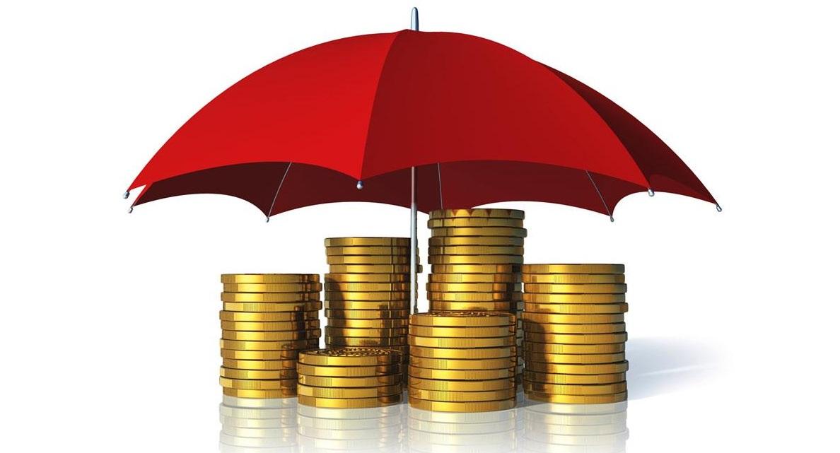 Pièces d'or protégées par une parapluie rouge