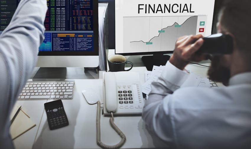 Vous êtes assujetti à l'Impôt Sur la Fortune (ISF) de l'année N si la valeur nette de votre patrimoine excède 4.7 millions de francs au 1er janvier N. Les valeurs mobilières cotées faisant partie du patrimoine, elles entrent donc naturellement dans l'assiette de l'ISF. Votre problème est donc de déterminer leur valeur. I- L'évaluation des valeurs mobilière cotées : principe général Quelles que soient les valeurs mobilières considérées, vous disposez de deux options: · évaluation au cours de clôture du 31.12.N-1; · évaluation par le calcul de la moyenne des 30 derniers cours de bourse de l'année N-1. Vous pouvez opter pour l'une ou l'autre de ces deux possibilités ligne par ligne, et pas forcément pour votre portefeuille tout entier. Ainsi, si la première option vous est favorable sur votre ligne d'actions A, et la seconde sur votre ligne de SICAV X, vous avez tout-à-fait le droit d'appliquer à chaque cas l'option qui vous convient. Ce principe ne souffre aucune exception. II- Cas particuliers 1. Valeurs étrangères non cotées en France Leur évaluation en devises se fait de la même manière que pour les valeurs françaises. Le montant obtenu en devises est ensuite transformé en francs selon un taux de change devise/francs calculé de la manière suivante: · taux de change au 31.12.N-1 pour le valeurs mobilières évaluées au cours de clôture au 31.12.N-1; · taux de change moyen des 30 derniers jours de bourse de l'année N-1 pour les valeurs mobilières évaluées par le calcul de la moyenne des 30 derniers cours de bourse de l'année N-1. 2. Parts de SICAV et FCP Elles doivent être déclarées pour leur dernière valeur connue au 31.12.N-1. III- Valeurs échappant à l'impôt 1. Les bons anonymes Les bons anonymes ne sont pas inclus dans l'assiette de l'ISF. Cependant, leur détention n'est pas pour autant plus intéressante, car le fisc, qui n'aime pas l'anonymat, le fait payer très cher : taux de prélèvement libératoire de 50%, assorti de 10% de contributions sociales lors du paiemen