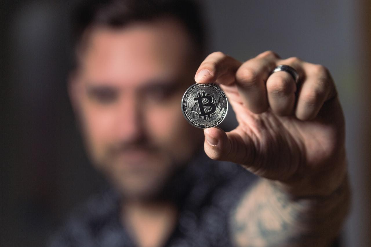Personne Prête Une Pièce De Monnaie Bitcoin En Argent